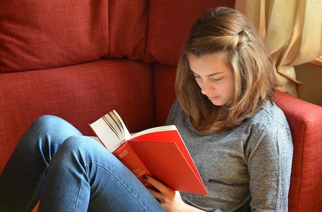čtení na pohovce