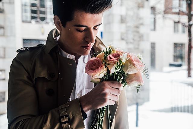 mladík s kyticí