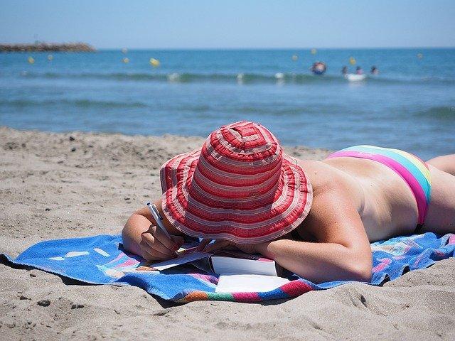 psaní na pláži