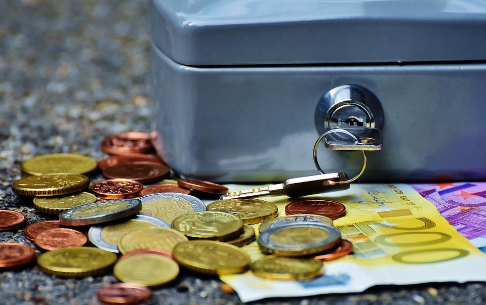 pokladna s penězi